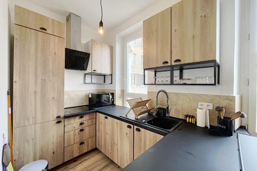 A kitchen or kitchenette at UNIQUE Renovated apartment near downtown and notre dame de la garde