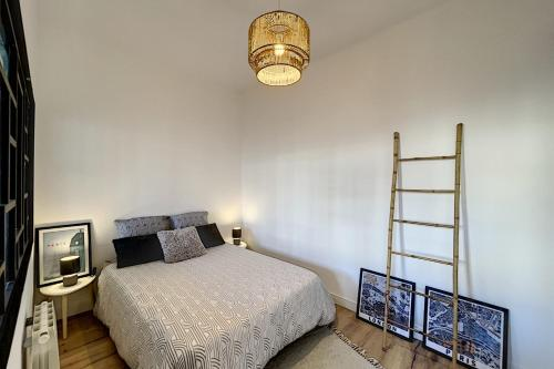 A bed or beds in a room at UNIQUE Renovated apartment near downtown and notre dame de la garde