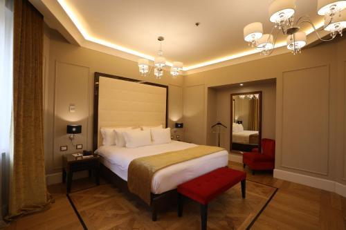 Кровать или кровати в номере Grand Hotel Yerevan - Small Luxury Hotels of the World