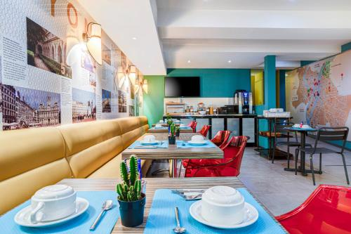 A restaurant or other place to eat at Republik Hotel