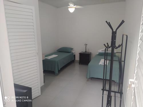 A bed or beds in a room at Pousada Casa Verde - quartos individuais - smart tv 32 - e banheiro privativo