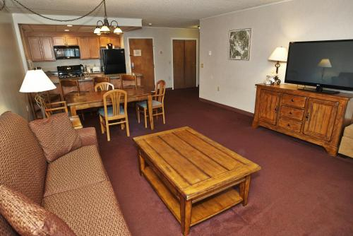A seating area at Fireside Inn & Suites Gilford