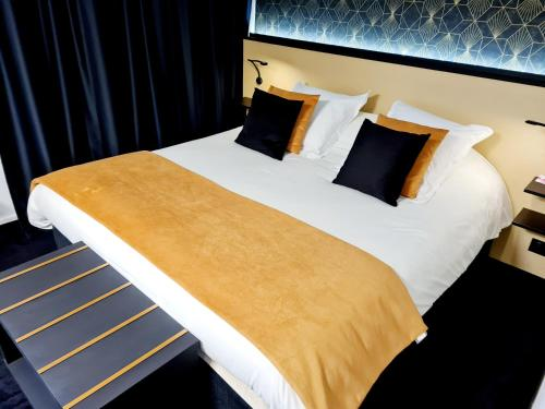 A bed or beds in a room at Octel