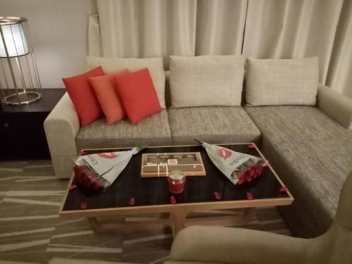 Uma área de estar em Ramada Al Qassim Hotel & Suites, Bukayriah