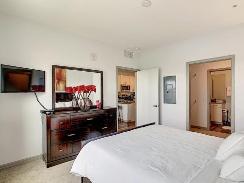 A television and/or entertainment centre at A Luxury Stay, Close to Disney