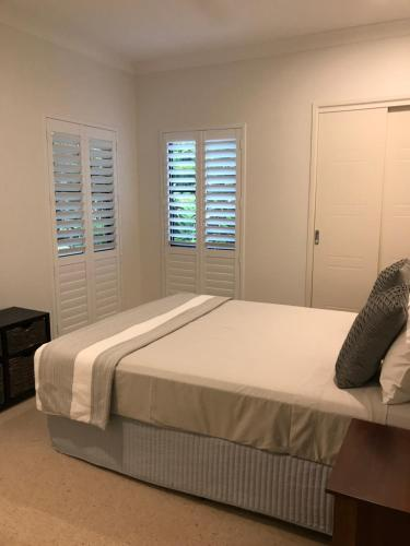 A bed or beds in a room at Chez Brolga