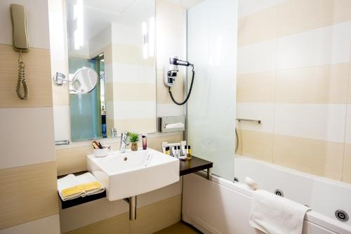A bathroom at Hotel Golden Tulip Ana Tower Sibiu