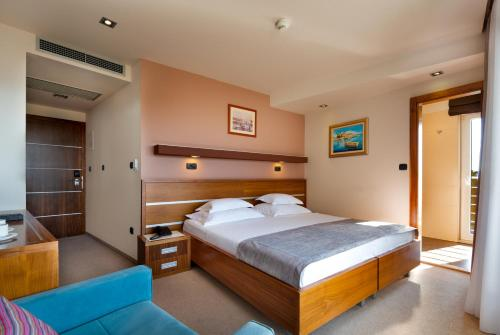 A bed or beds in a room at Hotel Plaža
