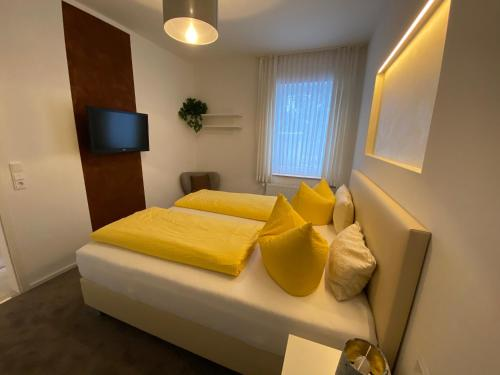 A bed or beds in a room at Pension Alscher Garni