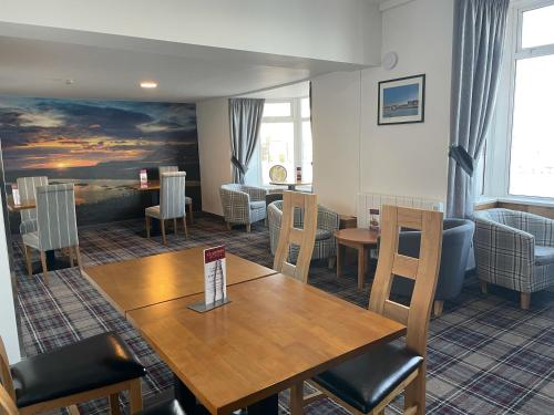 A restaurant or other place to eat at Claxton Hotel
