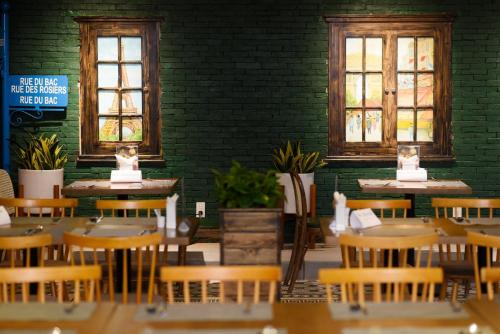 A restaurant or other place to eat at Thanh Lich Hue Hotel
