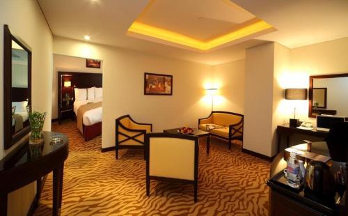Uma área de estar em Holiday Inn Olaya, an IHG Hotel