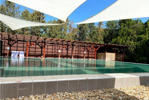 Der Swimmingpool an oder in der Nähe von Lipót Termál Camping