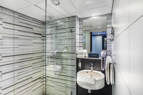A bathroom at Postillion Hotel Deventer
