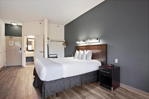 A bed or beds in a room at OYO Townhouse Orlando West