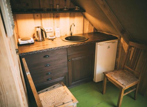 A kitchen or kitchenette at Viesu nams Melnsils