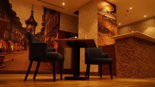 Uma área de estar em EVA Hotel