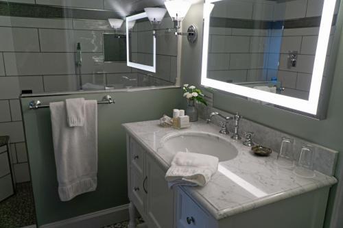 A bathroom at Ravenscroft Inn