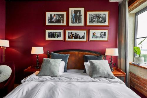 Säng eller sängar i ett rum på Steam Hotel