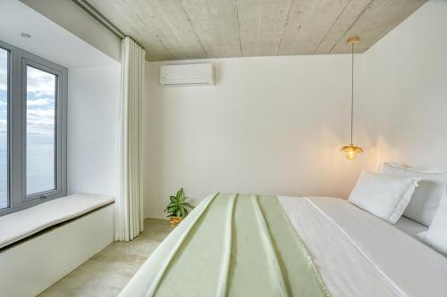 A bed or beds in a room at Socalco Nature Calheta