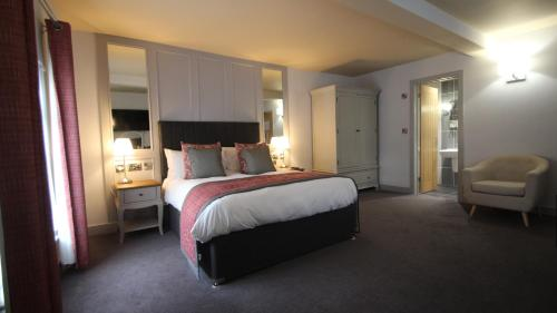 A bed or beds in a room at The Suffolk Hotel