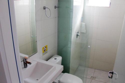 Um banheiro em AJ Hotel Chapecó