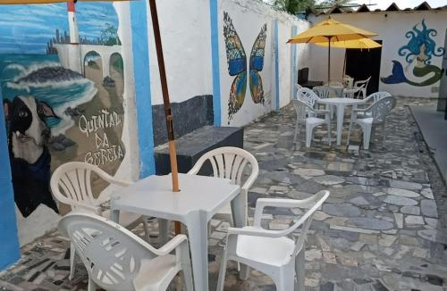 A restaurant or other place to eat at Hostel Quintal da Sereia