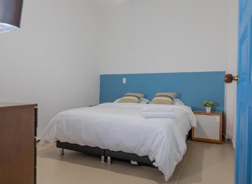 A bed or beds in a room at Azulado Jericó