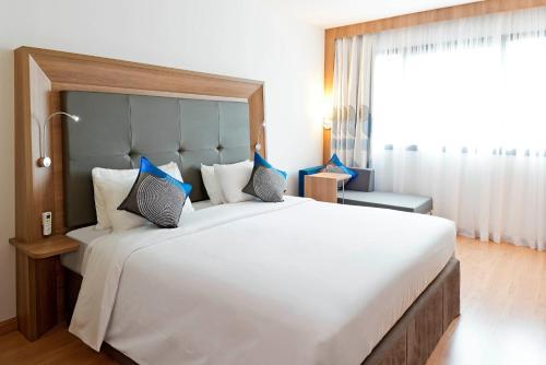 Кровать или кровати в номере Novotel Salvador Hangar Aeroporto