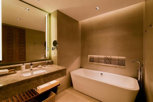 A bathroom at Modala Beach Resort