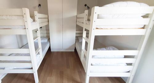 Våningssäng eller våningssängar i ett rum på Tobisviks Camping