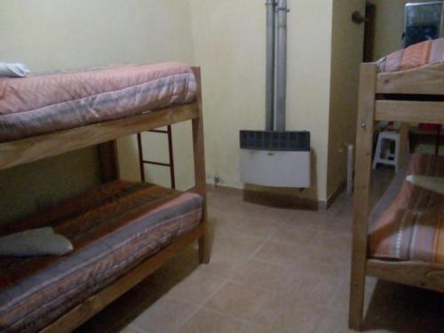 Una cama o camas cuchetas en una habitación  de Los Milenarios