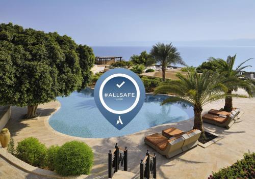 Vue sur la piscine de l'établissement Mövenpick Resort & Spa Dead Sea ou sur une piscine à proximité