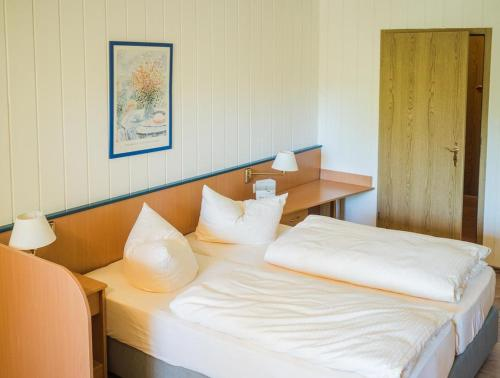 A bed or beds in a room at WAGNERS Hotel im Frankenwald