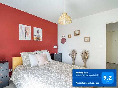 """A bed or beds in a room at """"Appartement Lac rose"""" Parking, Métro, Wifi, Netflix, jusqu'à 4 personnes"""