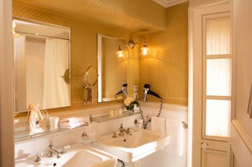 A bathroom at La Mirande