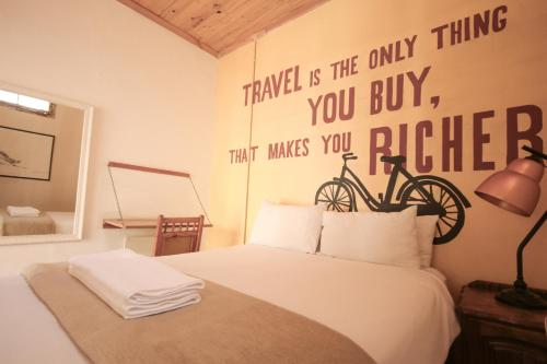 A bed or beds in a room at CURIOCITY Backpackers Johannesburg