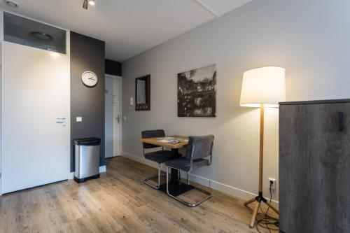 A television and/or entertainment centre at UtrechtCityApartments – Weerdsingel