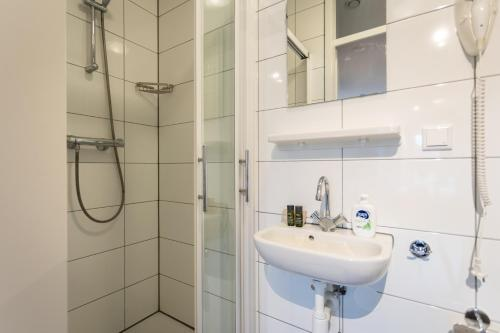 A bathroom at UtrechtCityApartments – Weerdsingel