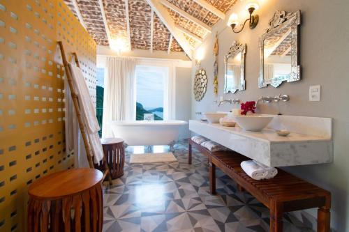 A bathroom at Pedra da Laguna Boutique Hotel SPA