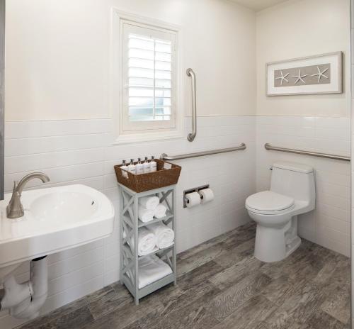 A bathroom at Santa Monica Motel