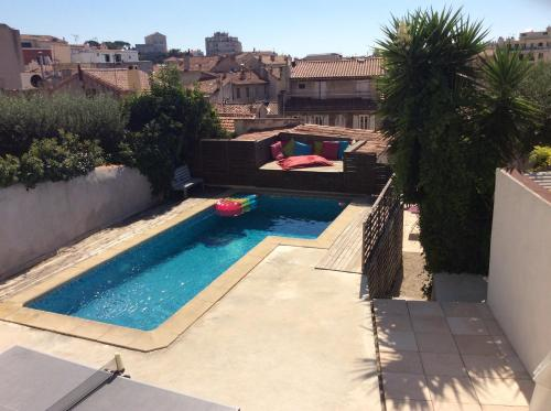 A view of the pool at C'est là qu'il faut venir cet été or nearby