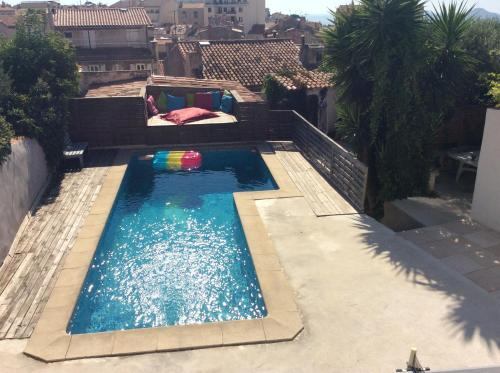 A view of the pool at A deux et au Soleil ! or nearby