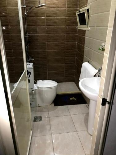 A bathroom at Crown Hotel