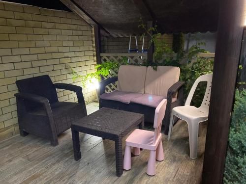 A seating area at Холидей Guest House