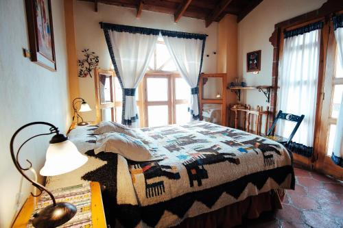 A bed or beds in a room at Hotel y Café La Casa del Mundo