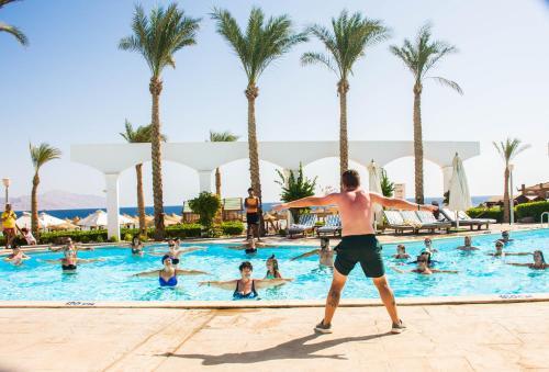 Het zwembad bij of vlak bij Coral Beach Resort Montazah (Ex. Rotana)