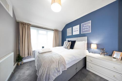 A bed or beds in a room at Inspire Homes - Joe's Cottage