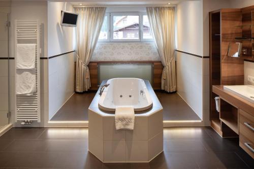 A bathroom at Superior Hotel Post Ischgl