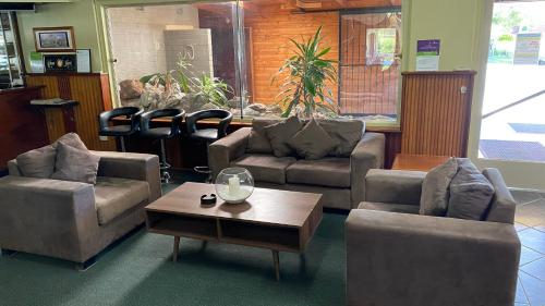 A seating area at Bucketts Way Motel Gloucester